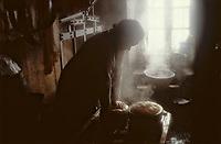 Europe/France/Auvergne/63/Puy-de-Dôme/Saint-Nectaire: Préparation du Saint-Nectaire<br /> PHOTO D'ARCHIVES // ARCHIVAL IMAGES<br /> FRANCE 1980