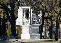 Nederland Den Haag 2020. Monument voor de staatsman Thorbecke aan het Lange Voorhout in Den Haag. Het standbeeld is gemaakt door kunstenaar Thom Puckey (1948). Vanuit zijn studeerkamer kijkt Thorbecke de 21e eeuw in. Berlinda van Dam / Hollandse Hoogte