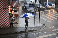 SAO PAULO, SP, 05 DE DEZEMBRO DE 2012 - CLIMA TEMPO - Chuva pega de surpresa o paulistano no final desta tarde de quinta-feira (05) na zona norte da cidade. Foto Ricardo Lou - News Free