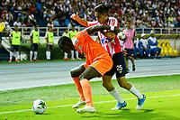 BARRANQUILLA - COLOMBIA, 27-02-2019: Fabían Sambueza de Atlético Junior disputa el balón con Carlos Terán de Envigado F. C., durante partido de la fecha 7 entre Atlético Junior y Envigado F. C., por la Liga Águila I 2019, jugado en el estadio Metropolitano Roberto Meléndez de la ciudad de Barranquilla. / Fabian Sambueza of Atletico Junior vies for the ball with Carlos Teran of Envigado F. C., during a match of the 7th date between Atletico Junior and Envigado F. C., for the Aguila Leguaje I 2019 at the Metropolitano Roberto Melendez Stadium in Barranquilla city, Photo: VizzorImage  / Alfonso Cervantes / Cont.