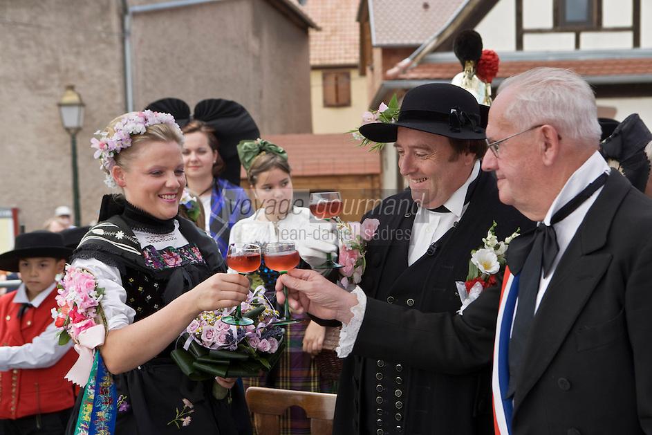 Europe/France/Alsace/67/Bas-Rhin/ Marlenheim: Lors  de la Fête du Mariage de l'Ami Fritz Vin d'honneur avec de l'Alsace Pinot noir rosé durant la cérémonie- les mariés