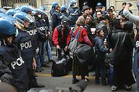 - Milan, moving out of house in Adda street squatted by Romanian Rom immigrants....- Milano, sgombero della casa in via Adda occupata abusivamente da immigrati Rom romeni