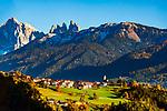 Italien, Suedtirol (Trerntino - Alto Adige), Latzfons: ueber dem Tinnetal westlich vom Eisacktal, groesste Fraktion der Gemeinde Klausen, im Hintergrund die Geislergruppe im Naturpark Puez-Geisler | Italy, South Tyrol (Trentino - Alto Adige), Lazfons: district of Chiusa (Valle d'Isarco)