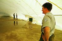 """Nach dem Erdbeben im August in der Tuerkei leben tausende Menschen in Zeltlagern und Behilfszelten.<br /> Die Hilfsorganisation """"Kinder haben Rechte"""" hat in der Ortschaft Yuvacik-Koey eine Traglufthalle aufgebaut, die fuer die Kinder als Schulhaus dienen soll, da nicht klar ist, ob und wann die Regierung ein neues Schulhaus errichtet.<br /> Hier: Felix Bierbaum (20 Jahre) von Technischen Hilfswerk (THW) aus Bietigheim-Bissingen kontrolliert das erste Aufblasen der Traglufthalle. Das THW schickte auf Anfrage des Vereins """"Kinder haben Rechte"""" unetgeldlich zwei Mitarbeiter zum Aufbau der Halle.<br /> 13.10.1999, Yuvacik-Koey/Tuerkei<br /> Copyright: Christian-Ditsch.de<br /> [Inhaltsveraendernde Manipulation des Fotos nur nach ausdruecklicher Genehmigung des Fotografen. Vereinbarungen ueber Abtretung von Persoenlichkeitsrechten/Model Release der abgebildeten Person/Personen liegen nicht vor. NO MODEL RELEASE! Nur fuer Redaktionelle Zwecke. Don't publish without copyright Christian-Ditsch.de, Veroeffentlichung nur mit Fotografennennung, sowie gegen Honorar, MwSt. und Beleg. Konto: I N G - D i B a, IBAN DE58500105175400192269, BIC INGDDEFFXXX, Kontakt: post@christian-ditsch.de<br /> Bei der Bearbeitung der Dateiinformationen darf die Urheberkennzeichnung in den EXIF- und  IPTC-Daten nicht entfernt werden, diese sind in digitalen Medien nach §95c UrhG rechtlich geschützt. Der Urhebervermerk wird gemaess §13 UrhG verlangt.]"""