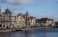 Nederland Haarlem - 2020. Links Taverne de Waag bij het Spaarne. Rond 1597 is De Waag onder leiding van de Haarlemse stadsarchitect Lieven de Key gebouwd als gemeentelijk handels- en accijnskantoor. Op de begane grond in de Waag werden in de waaghal goederen gewogen. Afhankelijke van het gewicht werd er belasting over geheven. Tegewoordig is er een restaurant gevestigd.  Foto : ANP/ HH / Berlinda van Dam