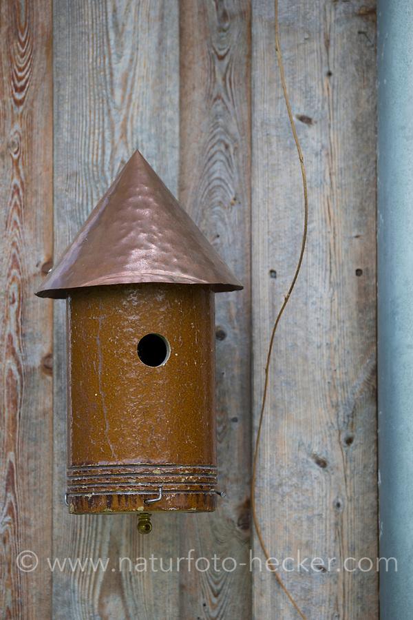 Ein Stück einer Tonröhre wird umgebaut zum Nistkasten, Vogelnistkasten, Meisenkasten, Deko, Dekoration. Upcycling, Bastelei.
