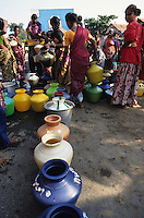 Asia India Tamil Nadu .woman wait for water supply with clean fresh water in textile city Tirupur where is a permanent water shortage due to failing monsoon rains falling grundwater levels by hiigh consumption of hundreds of dying units - environment waste of water shortag thirst resources drinking water textile industry globalization clean clothes pots plastic color coloured .Asien Indien Frauen warten auf Wasser in T-shirt town Tirupur - Wasserknappheit durch fallende Grundwasserspiegel ausbleibenden Monsun und Wasserverbrauch durch hunderte Färbereien im Textilstandort Tirupur Wassermangel Trinkwasser Textilfärberei Bekleidung Kleidung Textilindustrie Globalisierung Umwelt saubere Kleidung T-shirt Wasserkrug Wasserpot .agua .copyright Joerg Boethling / agenda