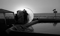 01.2010 Vina del mar(Chile)<br /> <br /> Homme en train de nettoyer une bulle géante.<br /> <br /> Man cleaning a giant bubble.