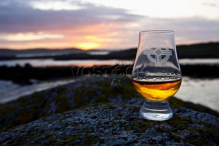 Schottland, Argyll & Bute Council, Isle of Mull, Eilean Muile, Halbinsel Ross of Mull, <br /> Bucht von Finnphort, Whiskey, Glas, still, Illustration, Landschaft, Abendstimmung, Europa, Grossbritannien, 2009; QF; WerbungPR <br /> <br /> <br /> (Bildtechnik: sRGB, 72.00 MByte vorhanden)<br /> <br /> Engl.: Europe, Great Britain, Scotland, Argyll and Bute Council, Isle of Mull, Eilean Muile, Ross of Mull, bay of Finnphort, whisky, glass, landscape, evening, 2009