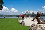 Deutschland, Bayern, Oberbayern, Chiemgau, Waging am See: Seepromenade am Waginger See, Oberbayerns waermster Badesee   Germany, Bavaria, Upper Bavaria, Chiemgau, Waging am See: located at Upper Bavaria's warmest swimming lake - the Waginger Lake, seaside promenade