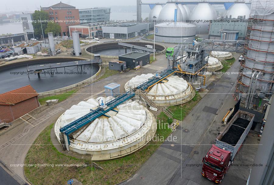 DEUTSCHLAND, Hamburg Wasser, Klärwerk Köhlbrandhöft, VERA, Anlage zur Klärschlammverbrennung, vorne LKW Anlieferung Klärschlamm, Hintergrund Klärbecken und Faultürme der Biogasanlage zur Gewinnung von Biogas