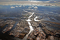 Reiherstieg, ein schiffbarer Seitenarm der Elbe im Hamburger Hafen: EUROPA, DEUTSCHLAND, HAMBURG, (EUROPE, GERMANY), 10.11.2013 Reiherstieg heißt ein schiffbarer Seitenarm der Elbe in Hamburg. Er verlaesst die Suederelbe bei Flusskilometer 615 gegenueber dem Harburger Hafen, durchschneidet den westlichen Teil der Elbinsel Wilhelmsburg, trennt die Stadtteile Steinwerder und Kleiner Grasbrook und muendet nach sieben Kilometern gegenueber den St.-Pauli-Landungsbrücken in die Norderelbe (unten im Bild).<br /> Er entstand im Laufe des 14. und 15. Jahrhunderts nach schweren Sturmfluten