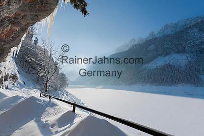 Austria, Upper Austria, Salzkammergut, Gosau: winter scenery at Lower Gosau Lake with Gosaukamm part of Dachstein mountains   Oesterreich, Oberoesterreich, Salzkammergut, Gosau: Winterlandschaft am vorderen Gosausee mit Gosaukamm