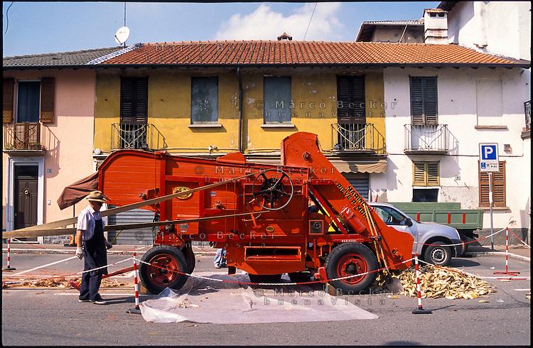 Ponte Vecchio frazione di Magenta (Milano). Vecchia trebbiatrice - sgranatrice Marinoni esposta in azione durante una festa di paese --- Magenta Ponte Vecchio (Milan). Old threshing machine displayed in action during a village festival