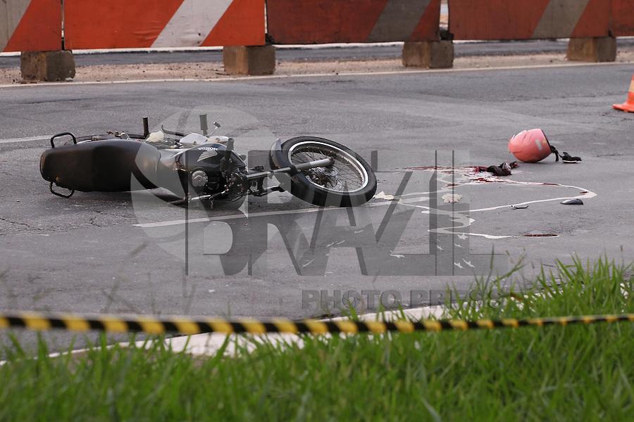 SAO PAULO, SP, 06 JANEIRO 2012 - Imagem do local onde motociclista morreu após acidente com um ônibus na Avenida Anhaia Melo, próximo à Sapopemba, em São Paulo, por volta das 0h30 deste domingo (05). Segundo a Polícia Militar, a vítima chegou a ser resgatado mas não aguentou aos ferimentos. (FOTO: LUIZ GUARNIERI / BRAZIL PHOTO PRESS).