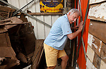 Foto: VidiPhoto<br /> <br /> ARNHEM – De nooduitgang van het Arnhems Oorlogsmuseum 40-45 is gebarricadeerd door een boze buurman. Controleurs van brandweer en ODRA (Omgevingsdienst Regio Arnhem) constateren dat hierdoor een onveilige situatie is ontstaan en dreigen nu het museum te sluiten als er geen afdoende oplossing wordt gevonden. Zelf mogen ze niet ingrijpen omdat het zou gaan om een civielrechtelijke zaak. Volgens eigenaar-directeur Eef Peeters (foto) staat hij nu met de rug tegen de muur en dreigt het conflict uit de hand te lopen.