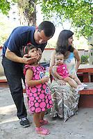 ATENÇAO EDITOR  FOTO EMBARGADA PARA VEICULOS INTERNACIONAIS - NITEROI,RJ 28 DE OUTUBRO 2012 - ELEIÇOES 2012 SEGUNDO TURNO NITEROI. Nesta manha de domingo (28) o candidato do PDT Felipe Peixoto votou com sua familia no colegio Centrinho no bairro de Santa Rosa, zona norte de Niteroi. Sua esposa Graziela Vieira,  as filhas Clara de 3 aninhos e Mariana de 11 meses.<br /> FOTO RONALDO BRANDAO / BRAZIL PHOTO PRESS