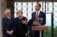 Besuch des Präsidenten der vereinigten Staaten von Amerika (USA) Barack Obama vom 4. bis 5. Juni 2009 in der Bundesrepublik Deutschland - Visite in der Mahn- und Gedenkstätte Buchenwald auf dem Ettersberg bei Weimar (Freitag der 5.6.2009) - im Bild:  der Präsident Barack Obama gibt nach dem Besuch des Konzentrationslagers Buchenwald seine Statements an die Presse - links: Elie Wiesel (Buchenwald Überlebender) und Kanzlerin Angela Merkel . Porträt Foto: Norman Rembarz..