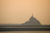 Europe/France/Normandie/Basse-Normandie/50/Manche/Baie du Mont Saint-Michel: Le mont à l'aube