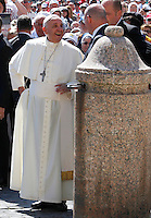 Papa Francesco tiene l'udienza generale del mercoledi' in Piazza San Pietro, Citta' del Vaticano, 4 giugno 2014.<br /> Pope Francis arrives for his weekly general audience in St. Peter's Square at the Vatican, 4 June 2014.<br /> UPDATE IMAGES PRESS/Isabella Bonotto<br /> <br /> STRICTLY ONLY FOR EDITORIAL USE