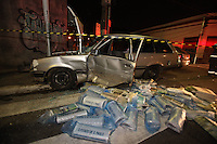 FOTO EMBARGADA PARA VEICULOS INTERNACIONAIS. SAO PAULO, SP, 28/10/2012, ACID. FALTA SEMAFORO. Acidente no cruzamento da R. da Mooca com a R. Barao de Jaguara envolveu dois veiculos, a provavel causa foi o defeito no semaforo que estava inoperante no momento da colisao. Este semaforo esta com problemas desde as 20hs de ontem (27) conforme consta no site do CET. Tres pessoas ficaram feridas e foram socorridas pelos bombeiros. Luiz Guarnieri/ Brazil Photo Press.