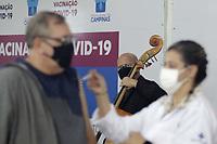 Campinas (SP), 13/05/2021 - Vacinacao - Apresentacao do quinteto de cordas da Orquestra Sinfonica Municipal de Campinas em homenagem aos profissionais da saude na Semana da Enfermagem. A apresentacao foi nesta quinta-feira (13) no Centro de Vivencia do Idoso (CVI), um dos cinco Centros de Imunizacao, instalados na cidade. (Foto: Denny Cesare/Codigo 19/Codigo 19)