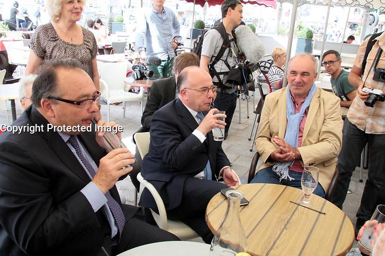 BERNARD CAZENEUVE , PATRICK MENNUCCI - ELECTIONS LEGISLATIVE A MARSEILLE . FRANCE , LE 06/06/2017