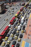 BOGOTÁ - COLOMBIA, 25-11-2018:Imágenes de la ciudad ,edificios, tarnsporte ,transmilenio, cerros orientales./Images of the city, buildings, transport, Transmilenio, eastern hills. Photo: VizzorImage / Felipe Caicedo / Satff