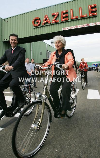 Dieren, 311005<br />Minister Peijs monteerde vandaag de 12.000.000e fiets van Gazelle. Achteraf maakte ze een ererondje door het fabrieksterrein. Links de directeur van de fabriek.<br />Foto: Sjef Prins - APA Foto