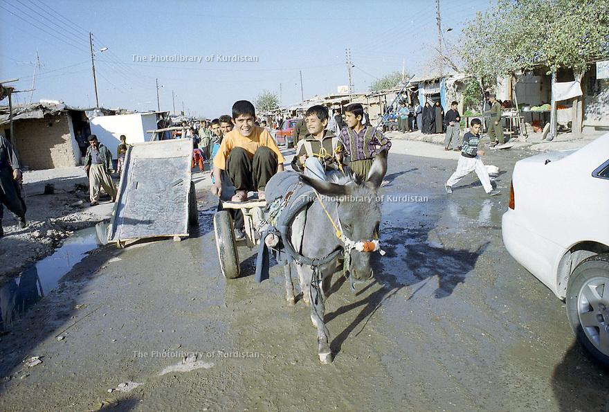 Irak 2000  La rue principale du camp de Beneslawa prés d'Erbil     Iraq 2000  Main street in Beneslawa camp
