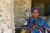 TANZANIA, Zanzibar, beautiful woman with Henna hand painting / schoene Frau mit Henna Handbemalung