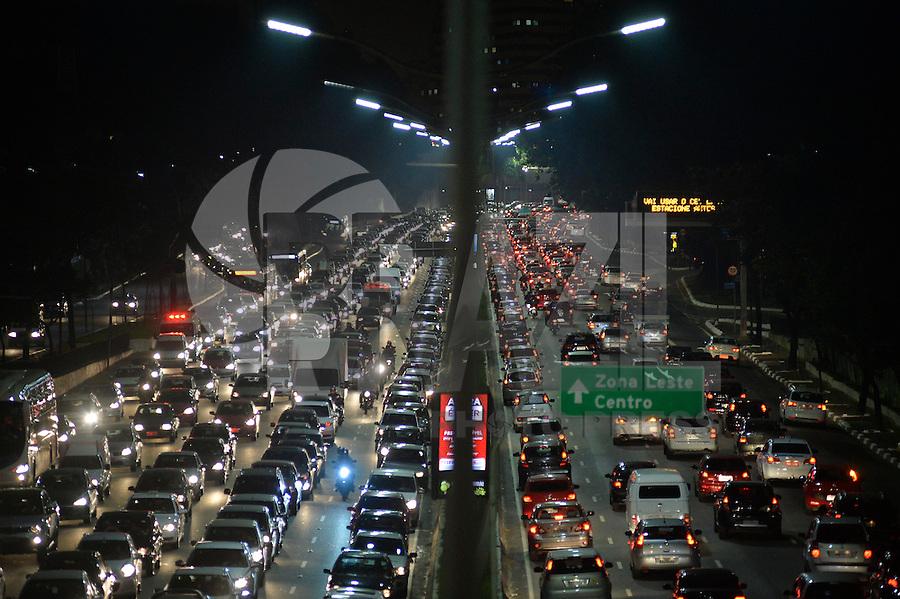 SÃO PAULO, SP, 21.08.2015 – TRÂNSITO-SP: Trânsito na Av. 23 de Maio, próximo ao Parque do Ibirapuera, zona sul de São Paulo na tarde desta sexta feira. (Foto: Levi Bianco/Brazil Photo Press)