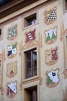 Europe/Italie/Vénétie/Dolomites/Cortina d'Ampezzo: Façade traditionnelle surle Corso  Italia , la Maison des Régles d' Ampezzo qui abrite les musées de la ville dans l'ancien hotel de ville ,dont mles blasons représentent les différents quartiers de la ville