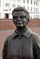 Nederland  Zutphen -  2020.  Sinds 2018 staat Zutphens dichteres Ida Gerhardt op de nieuwe IJsselkade in Zutphen. Het bronzen beeld is vervaardigd door kunstenares Herma Schellingerhoudt.    Foto : ANP/ HH / Berlinda van Dam