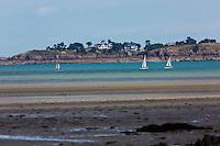 France, Côte d'Armor (22), Côte d'Emeraude, Saint-Jacut-de-la-Mer, Saint-Jacut-de-la-Mer:   Depuis la Pointe du Chevet  vue sur la Baie de Lancieux et la maison de Nicolas Hulot // France, Cote d'Armor, Cote d'Emeraude (Emerald Cost), Saint Jacut de la Mer,Iles de Ebihens (Hebihens): From the Pointe du Chevet, view of the Bay of Lancieux and home Nicolas Hulot