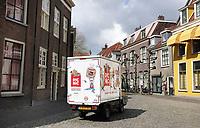 Nederland Leiden - 2021.  Pieterskerkhof in Leiden. Wagen van Picnic.  Foto ANP /  Hollandse Hoogte / Berlinda van Dam