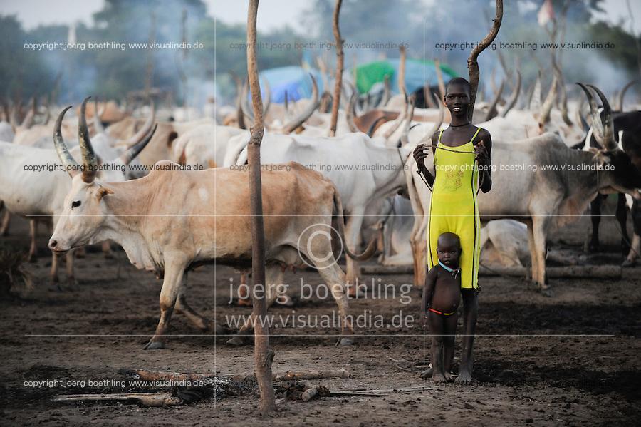 SOUTH SUDAN  Bahr al Ghazal region , Lakes State, Dinka shepherd with Zebu cow in cattle camp, young mother with child / SUED-SUDAN  Bahr el Ghazal region , Lakes State, Dinka Hirten mit Zeburindern im cattle camp, junge Mutter mit Kind