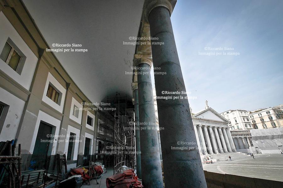 - NAPOLI 20 MAR  2014 - Piazza del Plebiscito,   il cantiere  del colonnato da poco ripulito