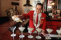"""Cuba/La Havane: Au bar """"El Floridita"""", service du 'Mojito"""", coktail à base de rhum, citron et menthe - Calle Obispo 557, esquina a Monserrate, La Habana VIeja - à l'arrière plan la statue d'Ernest Hemingway"""