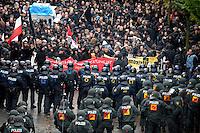 """Nazi Aufmarsch / Demo in Leipzig Ost - Leipziger verhindert den Zug durch die Stadt mit Blockade am S-Bahnhof Sellerhausen - unter dem Motto """"Leipzig nimmt Platz"""" nahmen Hunderte Leipziger an der bunten Gegenveranstaltung teil - sie schafften es den Start des Aufmarsches solange zu verhindern bis die Polizei die Kundgebung für beendet erklärte - in diesem Moment (ca. 16:40) eskalierte die Situation auf Seiten der Sympathiesanten der rechten Szene - Steine und Flaschen flogen - die Polizei bekam die Situation rasch wieder unter Kontrolle - im Bild:  die Polizei klärt die Situation nach den Angriffen. Foto: Norman Rembarz..Norman Rembarz , ASV-Autorennummer 41043728 , Holbeinstr. 14, 04229 Leipzig, Tel.: 01794887569, Hypovereinsbank: BLZ: 86020086, KN: 357889472, St.Nr.: 231/261/06432 - Jegliche kommerzielle Nutzung ist honorar- und mehrwertsteuerpflichtig! Persönlichkeitsrechte sind zu wahren. Es wird keine Haftung übernommen bei Verletzung von Rechten Dritter. Autoren-Nennung gem. §13 UrhGes. wird verlangt. Weitergabe an Dritte nur nach  vorheriger Absprache.."""