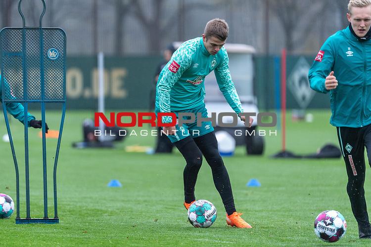 17.11.2020, Trainingsgelaende am wohninvest WESERSTADION - Platz 12, Bremen, GER, 1.FBL, Werder Bremen Training<br /> <br /> MAIK NAWROCKI (Werder Bremen II #04)<br /> <br /> Einzelaktion, Ganzkörper / Ganzkoerper, Ball am Fuss, Querformat<br /> <br /> <br /> Foto © nordphoto / Kokenge