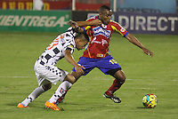PASTO -COLOMBIA, 11-03-2014. Luis Murillo  (Der.) jugador del Deportivo Pasto  disputa el balon con el Boyaca Chico F.C. durante partido de la decima fecha de la Liga Postobon I 2014, jugado en el estadio La Libertad  de la ciudad de Pasto. / Luis Murillo (R) player of Deportivo Pasto  fights for the ball with Boyaca Chico F.C. during a match for the tenth date of the Liga Postobon I 2014 at the Libertad  stadium in Pasto city. Photo: VizzorImage / Leonardo Castro / STR.