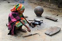 BanGLADESH, Region Madhupur, Garo people, matrilineal society / BANGLADESCH, Madhupur, Garos sind eine christliche u. ethnische Minderheit , Garo folgen einer matrilinearen Abstammungsregel, Frau an Feuerstelle