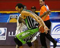 MANIZALEZ -COLOMBIA-06-05-2013.  César Chávez (frente) de Once Caldas disputa el balón con Franklin Forbes (atras) de Academia durante partido de la fecha 11 fase II de la  Liga DirecTV de baloncesto Profesional de Colombia realizado en el coliseo Municipal de Caldas./  Cesar Chavez (front) of Once Caldas fights for the ball with Academia player Franklin Forbes (back) during match of the 11th date phase II of  DirecTV professional basketball League in Colombia at Municipal coliseum in Manizales . Photo: VizzorImage/Yonboni/STR