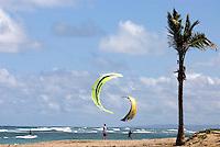 Dominikanische Republik, Kite-Surfer am Strand von Cabarete an der Nordküste