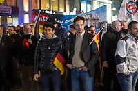 """AfD protestiert in Berlin gegen die Fluechtlingspolitik der Bundesregierung.<br /> Am Samstag den 31. Oktober 2015 versammelten sich ca. 250 Anhaenger der Rechts-Partei Alternative fuer Deutschland (AfD) zu einer Kundgebung gegen die Fluechtlings- und Asylpolitik der Bundesregierung. Dabei wurde die Bundeskanzlerin Angela Merkel mehrfach scharf angegriffen. Die Berichterstattung ueber Fluechtlinge in den Medien wurde mit lautstarken Rufen """"Luegenpresse"""" beschimpft.<br /> Der brandenburgische Landesvorsitzende Gauland forderte eine Fluechtlingspolitik wie in Japan, wo angeblich nur 20 Fluechtlinge pro Jahr aufgenommen werden.<br /> Etwa 350 Menschen protestierten gegen die Veranstaltung der Rechten und blockierten kurzzeitig deren Marschroute. Die Polizei ordnete daraufhin eine verkuerzte Route an und raeumte dafuer der AfD den Weg frei.<br /> Rechts im Bild mit offenem Jacket: Marcus Pretzell, AfD-Landesvorsitzender aus Nordrhein-Westfalen redet zu den AfD-Anhaengern.<br /> 31.10.2015, Berlin<br /> Copyright: Christian-Ditsch.de<br /> [Inhaltsveraendernde Manipulation des Fotos nur nach ausdruecklicher Genehmigung des Fotografen. Vereinbarungen ueber Abtretung von Persoenlichkeitsrechten/Model Release der abgebildeten Person/Personen liegen nicht vor. NO MODEL RELEASE! Nur fuer Redaktionelle Zwecke. Don't publish without copyright Christian-Ditsch.de, Veroeffentlichung nur mit Fotografennennung, sowie gegen Honorar, MwSt. und Beleg. Konto: I N G - D i B a, IBAN DE58500105175400192269, BIC INGDDEFFXXX, Kontakt: post@christian-ditsch.de<br /> Bei der Bearbeitung der Dateiinformationen darf die Urheberkennzeichnung in den EXIF- und  IPTC-Daten nicht entfernt werden, diese sind in digitalen Medien nach §95c UrhG rechtlich geschuetzt. Der Urhebervermerk wird gemaess §13 UrhG verlangt.]"""