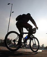 BOGOTA-COLOMBIA-7-02-2013. Día sin carro , cicloruta y ciclovía de la avenida Eldorado. Day without car, bike path and bike path Eldorado Avenue .. ( Photo / VizzorImage / Felipe Caicedo / Staff)