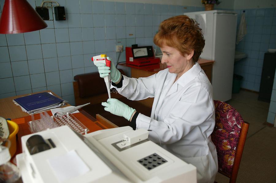 RCRM (research center of radiation medecine,  Kiev Ukraine.This is dedicated to  the Ukrainian victims of the Chernobyl disaster. Blood analysis for detection of leukemia..RCRM (research center of radiation medecine) à Kiev en Ukraine. Cet hopital accueille et suit les victimes ukrainiennes de la catastrophe de Tchernobyl. Analyse de sang pour détection de leucémie