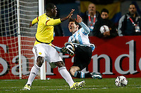 VIÑA DEL MAR - CHILE - 26-04-2015: Cristian Zapata (Izq.) jugador de Colombia, disputa el balón con Lionel Messi (Der.) jugador de Argentina, durante partido Colombia y Argentina, por los cuartos de final, de la Copa America Chile 2015, en el estadio Sausalito en la Ciudad de Viña del Mar / Cristian Zapata (L) player of Colombia, vies for the ball with Lionel Messi (R) player of Argentina, during a match between Colombia and Argentina, for the quarterfinals of the Copa America Chile 2015, in the Sausalito stadium in Viña del Mar city. Photo: VizzorImage /  Photosport / Andres Piña/ Cont.