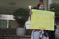 Campinas (SP), 20/04/2021 - Ato Mortes Covid-19 - A Frente Brasil Popular de Campinas, conjuntamente com diversas organizacoes, realizou no final da tarde desta terca-feira (20), na escadaria da Prefeitura de Campinas, no interior de Sao Paulo, um ato silencioso em memoria as mais de 370.000 vitimas da Covid-19 no Brasil.  (Foto: Denny Cesare/Codigo 19/Codigo 19)